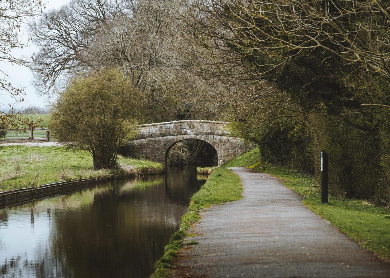 Pont ffordd dros y gamlas yn Nhrecelyn / A road bridge over the canal at Newbridge