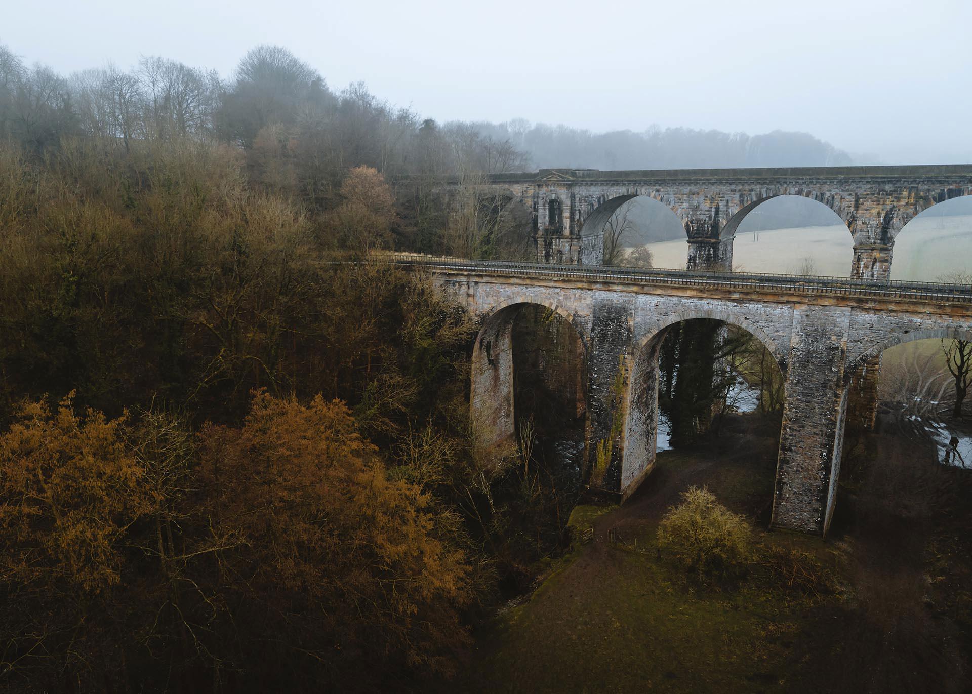 Dyfrbont Ddŵr y Waun a'r draphont uchel y tu ôl i gario rheilffordd Caer - Amwythig / The Chirk Aqueduct and the towering viaduct behind carrying the Chester - Shrewsbury railway