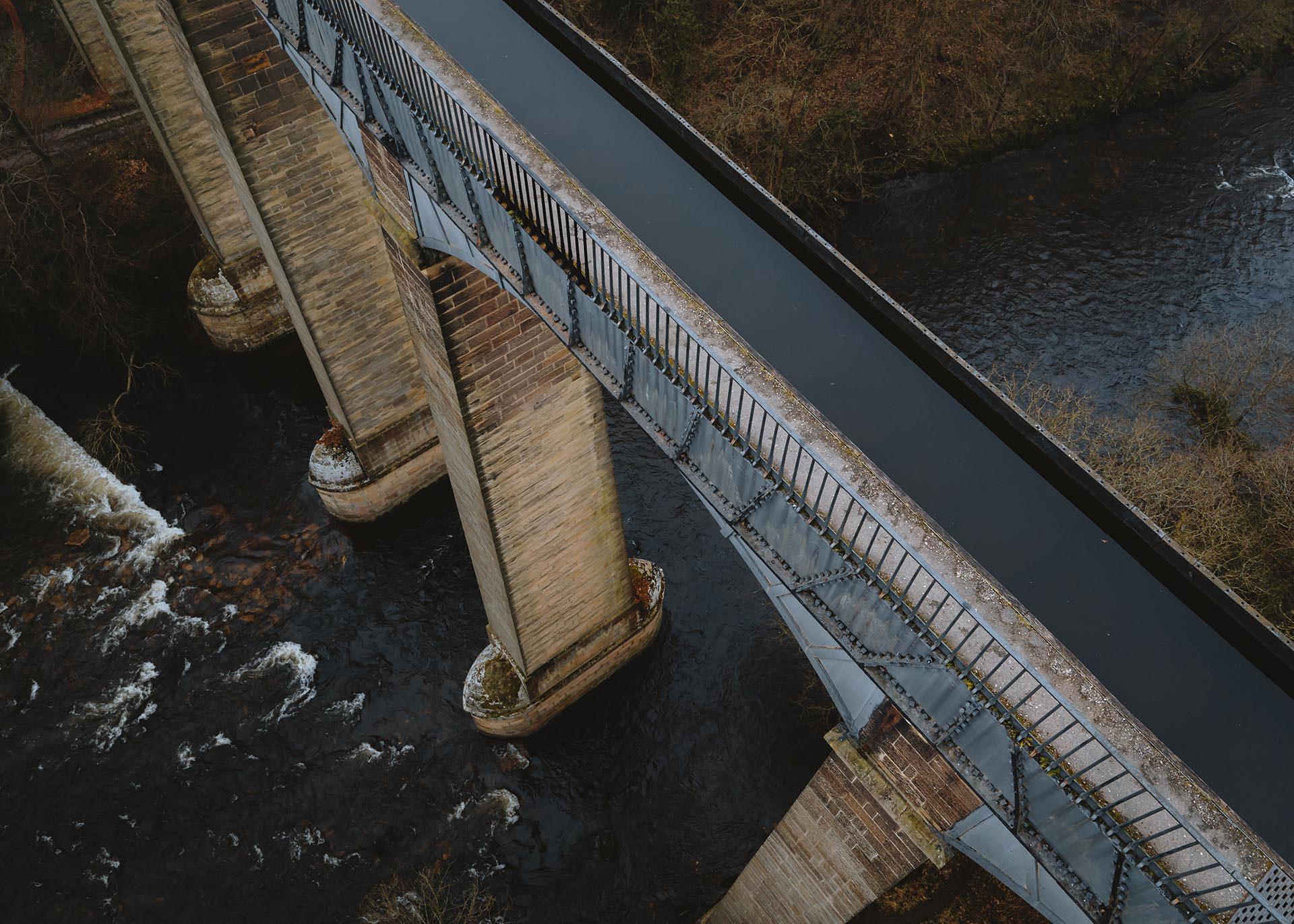 126 troedfedd o daldra, tyrau dyfrbont ddŵr Pontcysyllte dros Afon Dyfrdwy / 126 foot tall, the Pontcysyllte aqueduct towers over the River Dee