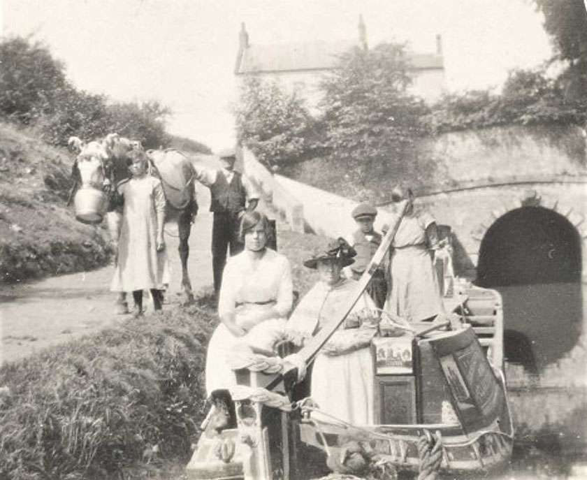 A boat family at Braunstone Tunnel, Northamptonshire 1924