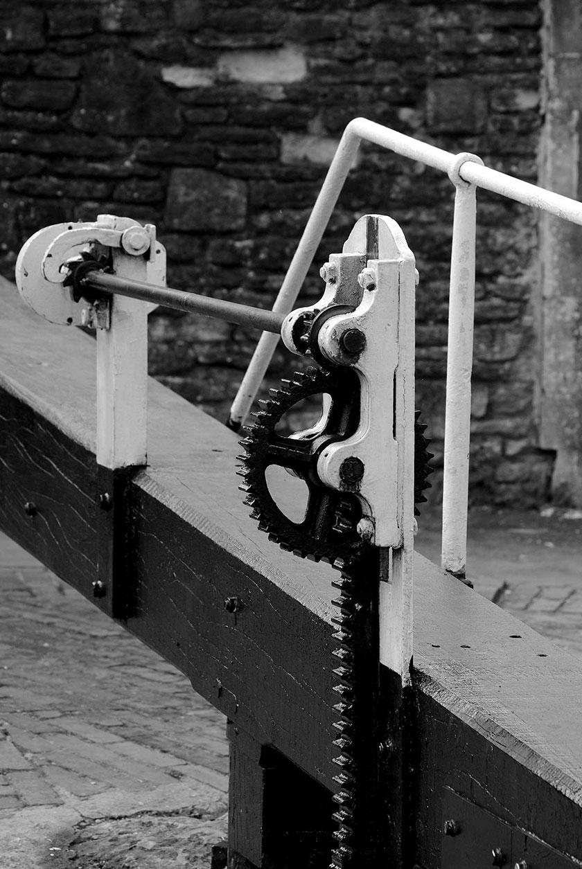 Mecanwaith ar lifddor mechanism on lock gate