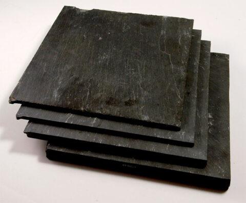 Llechi wedi eu hollti yn drwch amrywiol  Slate split into various thicknesses