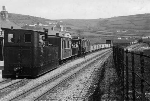 Trên GVT gyda nwyddau a theithwyr  Glyn Valley Tramway train with goods and passengers